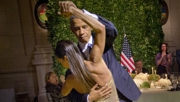 Unter dem Applaus der Gäste legte der US-Präsident eine flotte Sohle auf das Parkett. (Bild: ASSOCIATED PRESS)