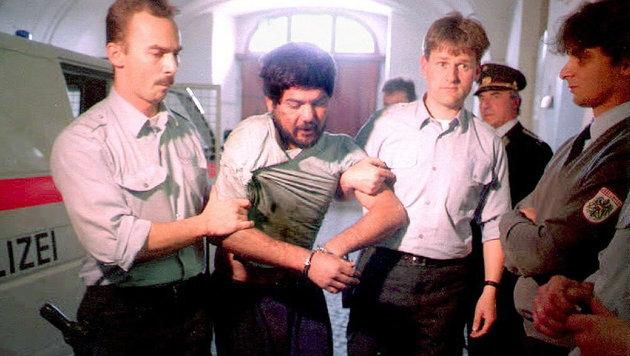 Schwechat-Attentäter Chaovali bei seiner neuerlichen Verhaftung nach einem Gefängnisausbruch 1995 (Bild: APA/Rubra)