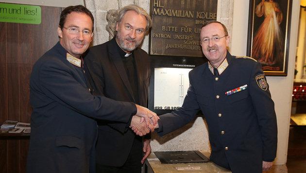 Die Polizeichefs Gerhard Pürstl (li.) und Franz Prucher mit Bischofsvikar Dariuz Schutzki (Bild: Zwefo)