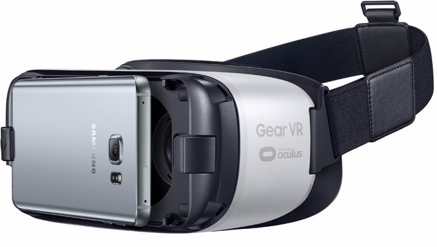 Zwei Klemmen fixieren das Galaxy-Smartphone in der Gear VR. (Bild: Samsung)