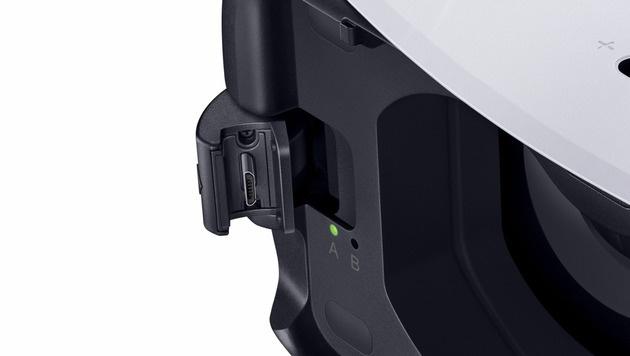 Über eine USB-Schnittstelle an der Unterseite der Gear VR lässt sich das Galaxy mit Strom versorgen. (Bild: Samsung)