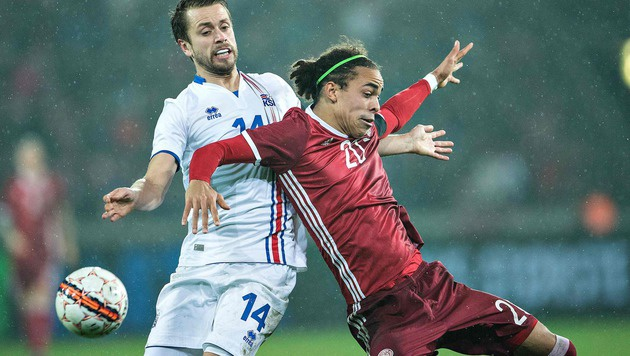 Islands Aron Gunnarsson (li.) im Duell mit Yussuf Poulseni (Bild: APA/AFP/Scanpix/HENNING BAGGER)