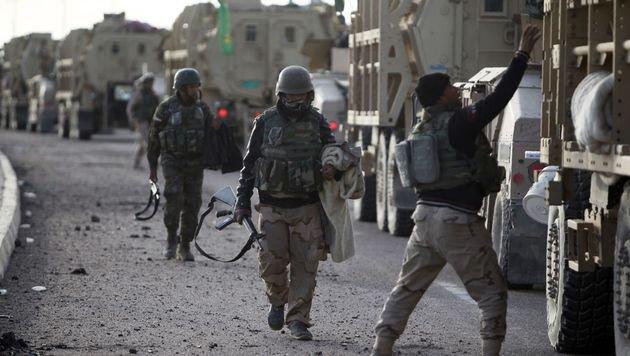 Irakische Soldaten bereiten sich auf ihren Einsatz vor. (Bild: APA/AFP/AHMAD AL-RUBAYE (Symbolbild))
