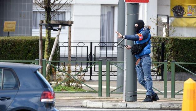 Ein Mitglied des Bombenentschärfungsteams (Bild: APA/AFP/PATRIK STOLLARZ)