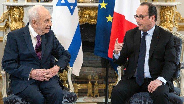 Frankreichs Präsident Hollande im Gespräch mit dem israelischen Staatschef Peres im Elysee-Palast (Bild: APA/AFP/POOL/ETIENNE LAURENT)
