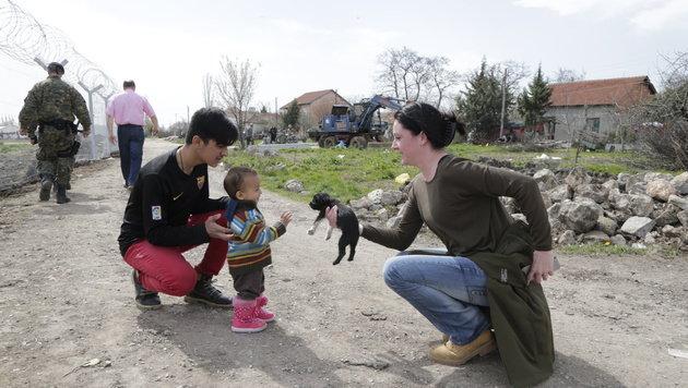Ein süßer Welpe bringt die Augen des kleinen Flüchtlingskindes zum Leuchten. (Bild: Klemens Groh)