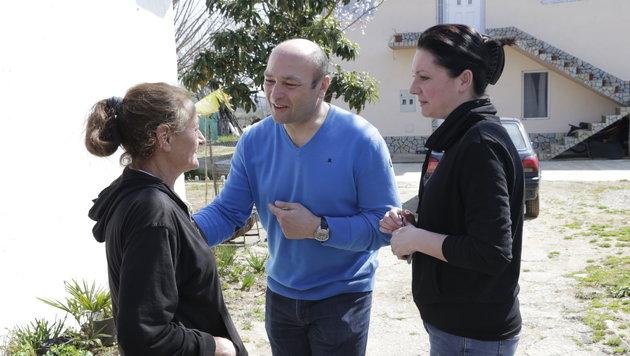 """""""Krone""""-Reporterin Sandra Ramsauer (rechts) mit Peter Kitzberger, Österreichs Attaché in Mazedonien (Bild: Klemens Groh)"""