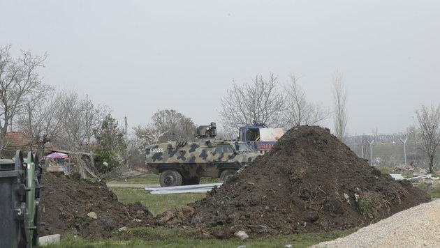 Militärpanzer sichern das Gelände. (Bild: Klemens Groh)
