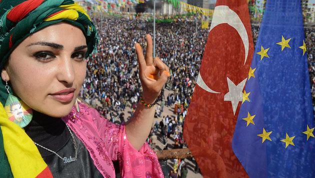Eine junge Kurdin macht bei einer kurdischen Neujahrsfeier in der Türkei das Siegeszeichen. (Bild: APA/AFP/Ilyas Akengin)