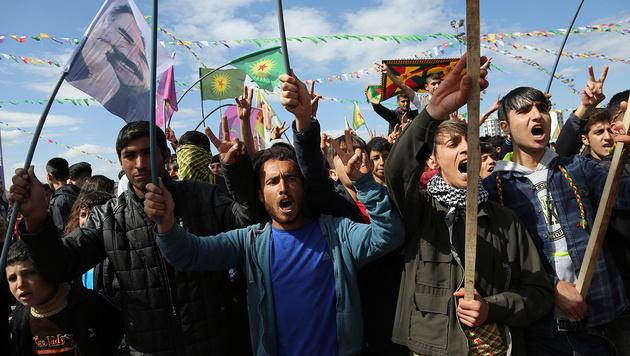 Unterdrückte Kurden bei einer Kundgebung im türkischen Diyarbakir (Bild: Associated Press)