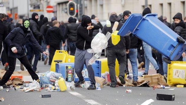 Polizei unterbindet Demo von rechten Hooligans (Bild: EPA)
