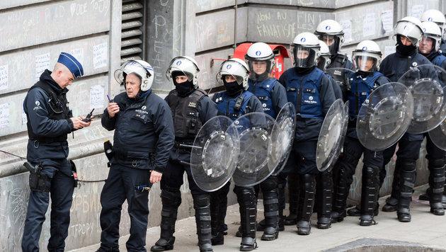 Polizei unterbindet Demo von rechten Hooligans (Bild: AP)