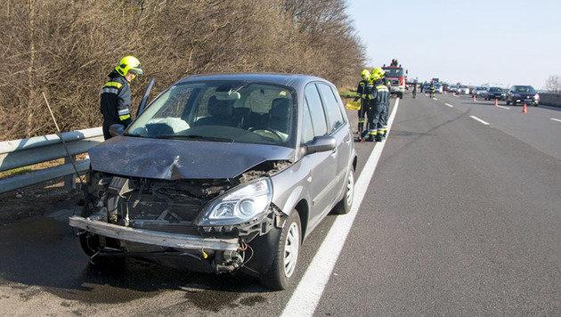 Der Pkw der Lenkerin wurde schwer beschädigt. (Bild: APA/BFK BADEN/DANIEL WIRTH)