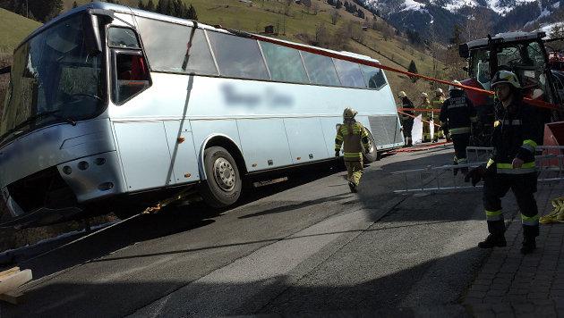 Der Reisebus drohte seitlich über die Böschung zu stürzen und musste mit Gurten gesichert werden. (Bild: APA/FF GROSSARL)