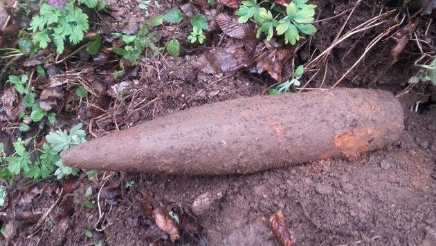Diese Granate entdeckte der Hobby-Schatzsucher. (Bild: APA/POLIZEI)