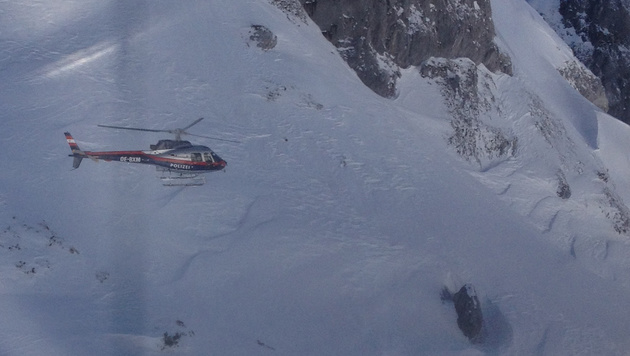 Einer der Hubschrauber, die im Einsatz waren (Bild: Zoom-Tirol)
