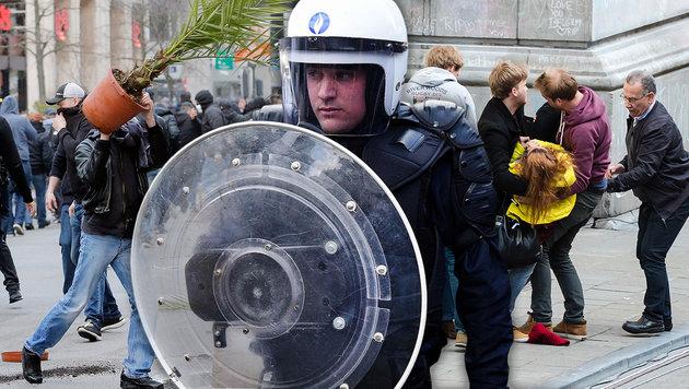 Polizei unterbindet Demo von rechten Hooligans (Bild: APA/EPA/OLIVIER HOSLET, AP, AFP)