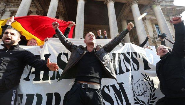 Polizei unterbindet Demo von rechten Hooligans (Bild: AFP)