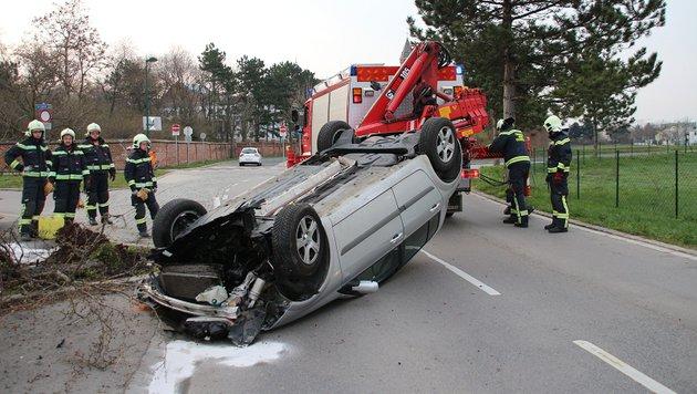 Der Wagen landete auf dem Dach. (Bild: FF MARIA ENZERSDORF/FLORIAN ZACH)