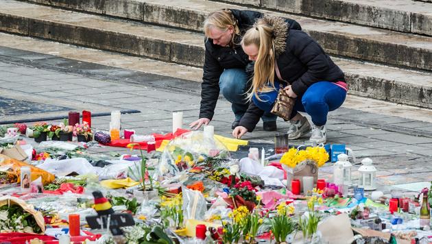 In Brüssel gedenkt man der Terroropfer. (Bild: AP)