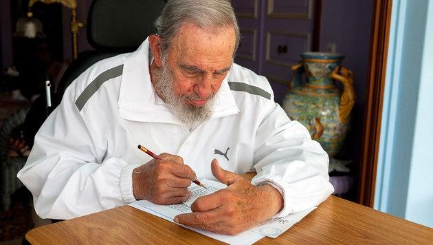 Fidel Castro schreibt einen Brief (Archivbild). (Bild: APA/EPA/Cubdebate/Estudios Revolucion/HANDOUT)