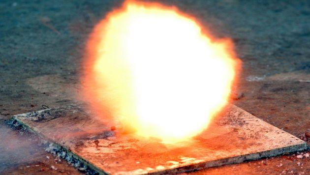 Schwarzpulver-Explosion: Zwei Schwerverletzte (Bild: dpa/Roland Scheidemann (Symbolbild))