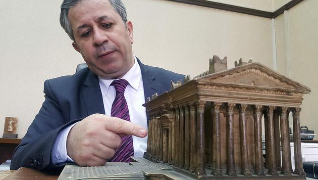 Altertümer-Direktor Abdul-Karim mit einem Modell des berühmten Baal-Tempels (Bild: APA/AFP/Maher al Mounes)