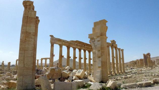 Die Reste des Triumphbogens von Palmyra (Bild: APA/AFP/Maher al Mounes)