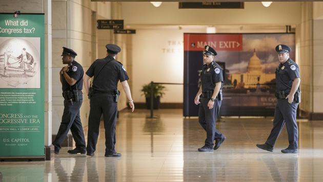 Polizisten durchsuchten das Besucherzentrum. (Bild: AP)