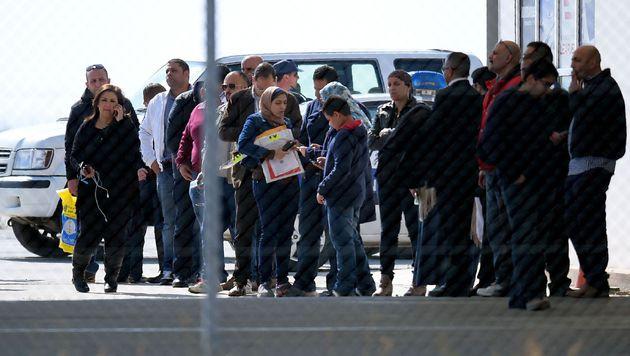 Mit Bussen wurden die Fluggäste von der Maschine weggebracht. (Bild: APA/AFP/GEORGE MICHAEL)