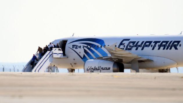 Passagiere verlassen das Flugzeug. (Bild: APA/AFP/GEORGE MICHAEL)