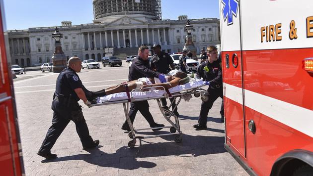 Der amtsbekannte Verdächtige wurde verletzt. (Bild: AP)