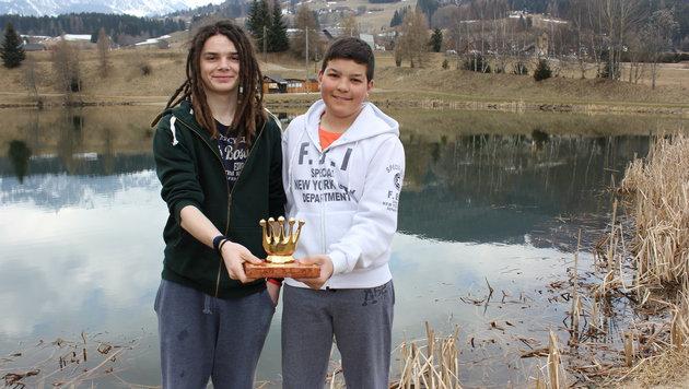 Die mutigen Retter Christian und Markus vor dem Teich (Bild: Iris Wind)
