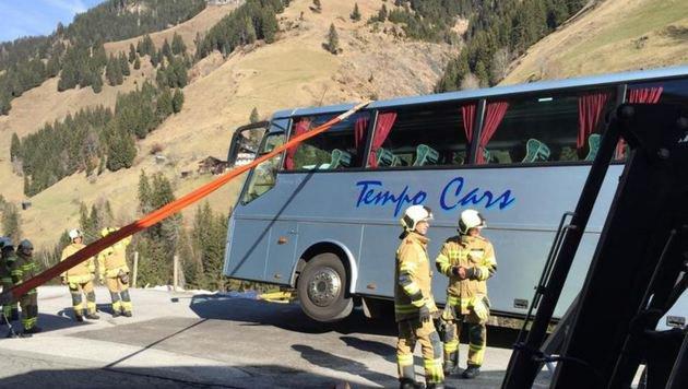 Der mit Seilen und Gurten gesicherte Bus: Mit Winden und Kränen wurde das Fahrzeug geborgen. (Bild: FF/Josef Prommegger)
