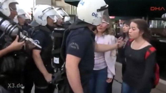 Im Video wird auch auf den Umgang mit Regime-Kritikern in der Türkei hingewiesen. (Bild: YouTube.com/extra3)