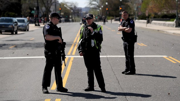 Bewaffneter zielte im US-Kapitol auf Polizisten (Bild: APA/AFP/GETTY IMAGES/WIN MCNAMEE)