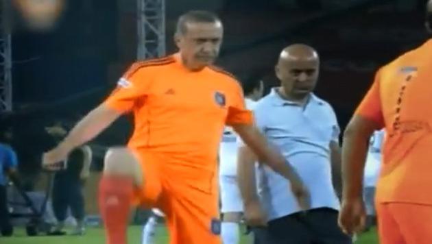 Erdogan als Fußballer (Bild: YouTube.com/extra3)