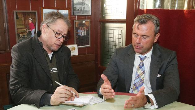 """""""Krone""""-Redakteur Mark Perry im Gespräch mit FPÖ-Präsidentschaftskandidat Norbert Hofer (Bild: KRONEN ZEITUNG)"""