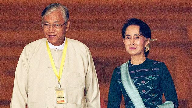 "Friedensnobelpreisträgerin Aung San Suu Kyi steht ""über dem Präsidenten"" Htin Kyaw. (Bild: AP)"