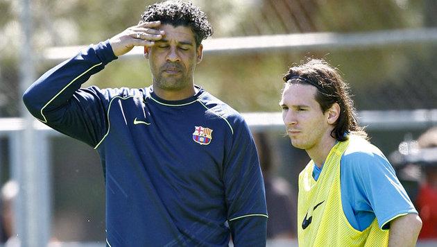 Frank Rijkaard (links) und Lionel Messi (Bild: JOSEP LAGO / AFP / picturedesk.com)