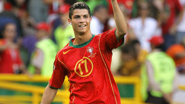 Cristiano Ronaldo jubelt im Jahr 2004 . . . (Bild: FRANCK FIFE / AFP / picturedesk.com)