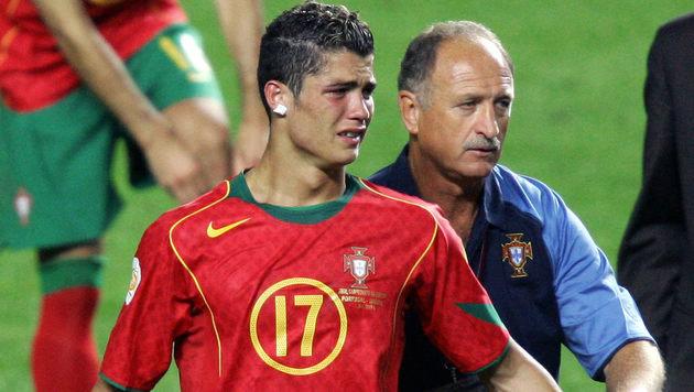 . . . und Cristiano Ronaldo heult im Jahr 2004 (neben Teamchef Luis Felipe Scolari). (Bild: VINCENZO PINTO / AFP / picturedesk.com)