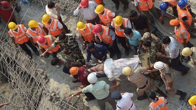 Kalkutta: Baufehler brachte Brücke zum Einsturz (Bild: APA/AFP/DIBYANGSHU SARKAR)