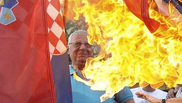 Vojislav Seselj bei der Verbrennung der kroatischen Flagge (Bild: AFP)