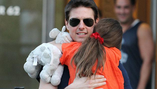Suri Cruise im Arm ihres Vaters Tom im Jahr 2013 (Bild: AP)