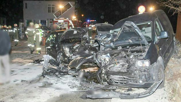 An drei Autos entstand beim Alkounfall Totalschaden. (Bild: APA/FFSV)