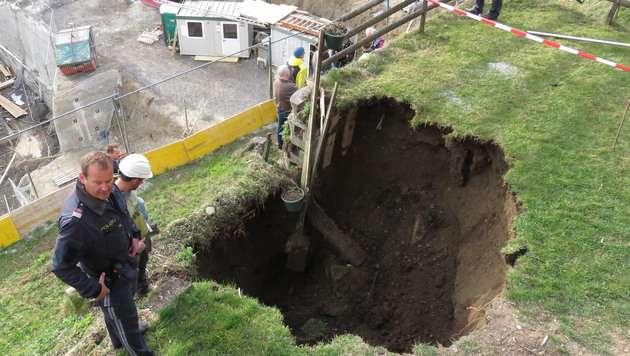 Metertiefes Erdloch in Tiroler Garten aufgerissen (Bild: ZOOM-TIROL)