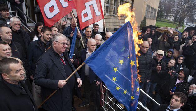 Sesel verbrennt vor seinen Anhängern die EU-Flagge. (Bild: APA/AFP/BORIS MIRKOV)