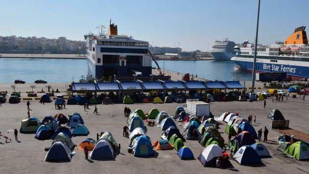 In einem Flüchtlingscamp im Hafen von Piräus kam es zu Zusammenstößen zwischen Syrern und Afghanen. (Bild: AFP)