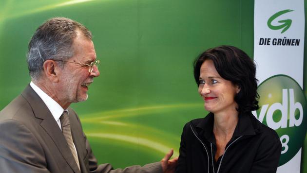 Alexander Van der Bellen, nunmehr Bundespräsidentschaftskandidat, mit der Grünen-Chefin (Bild: APA/ROLAND SCHLAGER)
